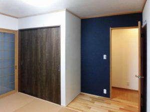ネイビーのアクセントクロスを貼り、収納は新たに造作。畳は和紙畳で、和室ながらもモダンな印象。
