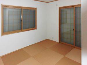 サッシも交換し、和紙畳のモダンな和室。