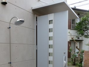 玄関横には外シャワー