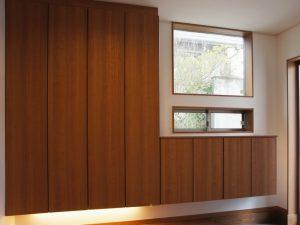 大型の収納や、光を多く取り入れられる窓のある玄関。